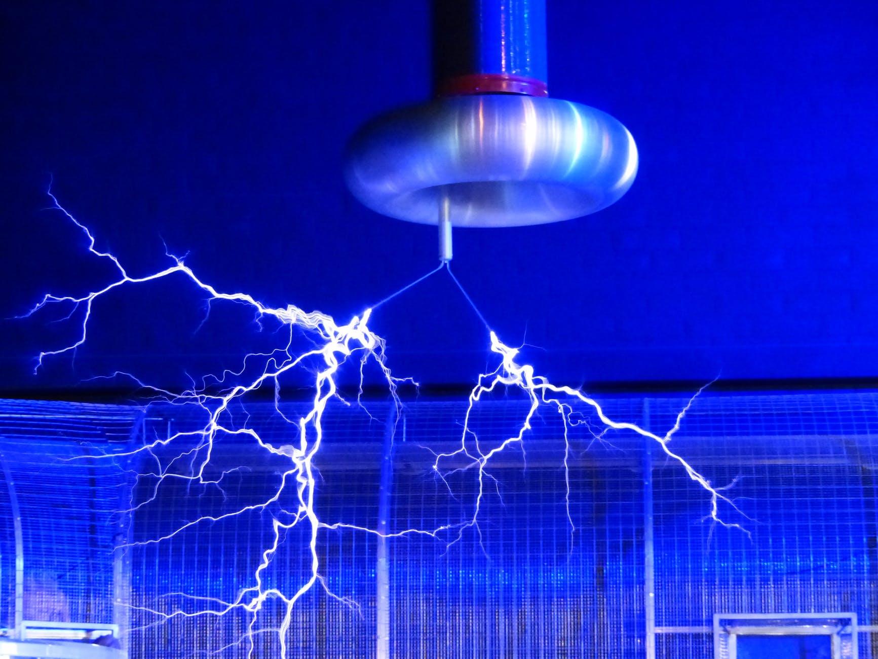 flash-tesla-coil-experiment-faradayscher-cage-68173.jpeg