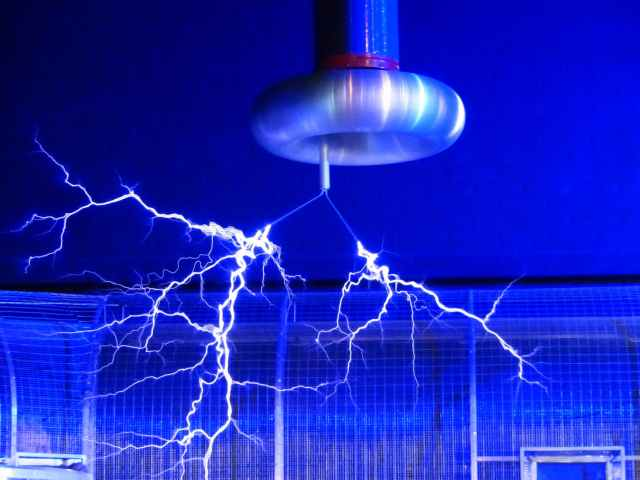 flash-tesla-coil-experiment-faradayscher-cage-68173.jpeg